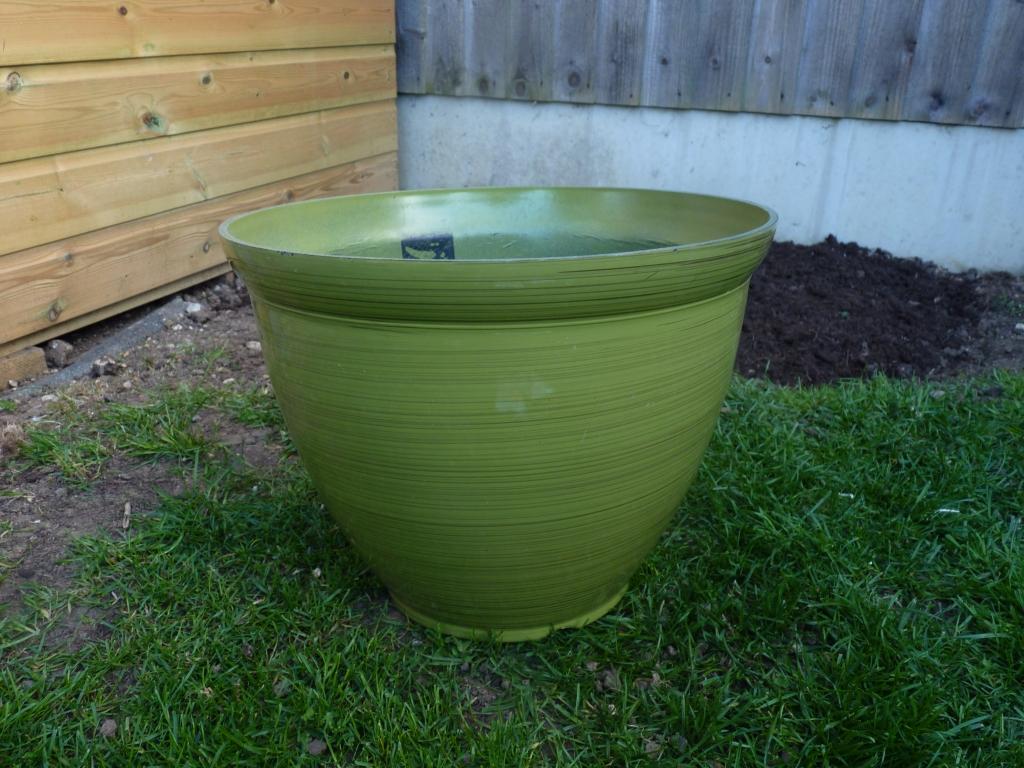 Green pot, roughly 40cm high and 40cm diameter